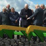 Александру Лукашенко показали сельскохозяйственную технику производства ОАО «Тираспольский агротехсервис»